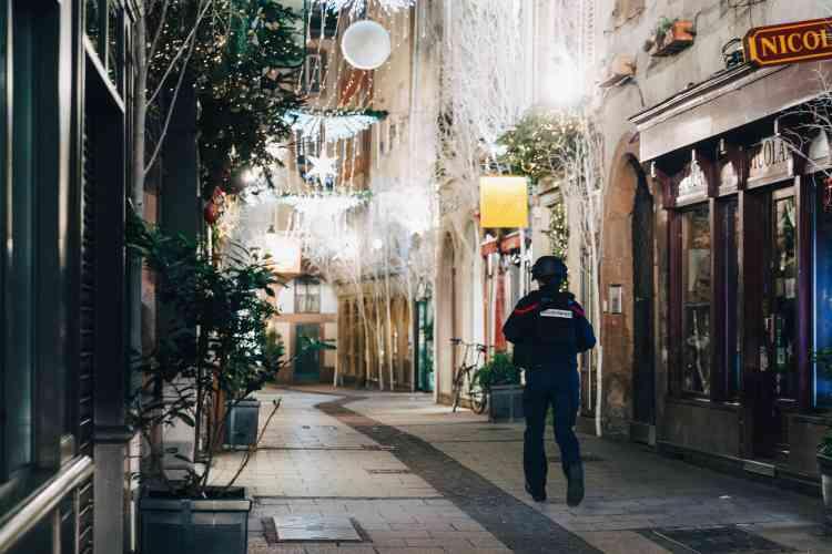 Dans les rues quasi désertes, quelques personnes rentraient chez elles.