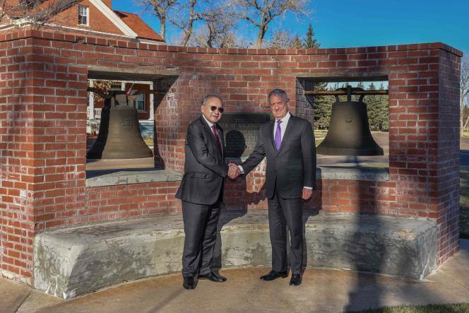 L'ambassadeur des Philippines, Jose Romualdez, et le secrétaire d'Etat à la défense, James Mattis, devant deux cloches de Balangiga à la Francis E.Warren Air Force Base, dans le Wyoming, le 14novembre, avant leur restitution.