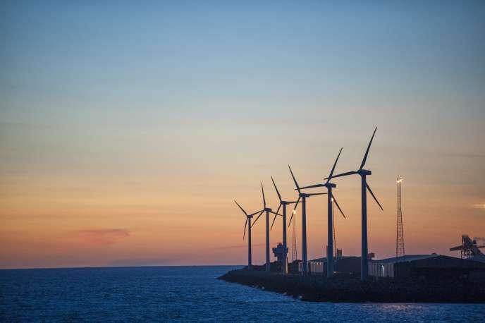 Des éoliennes sur les quais du port commercial de Liverpool, au Royaume-Uni.