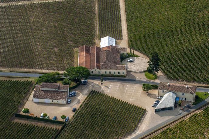 On l estime le vignoble de Petrus à près de 200 millions d'euros, ce qui ramènerait à plus de 100 millions l'hectare de vigne, du jamais vu.