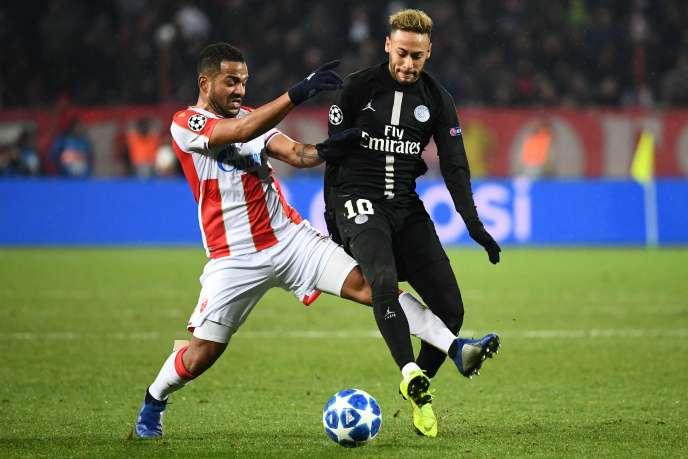 Le joueur de l'Etoile rouge de belgrade Lorenzo Ebicilio aux prises avec Neymar, le 11 décembre, à Belgrade.