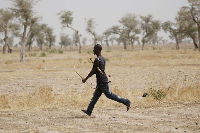 Un membre d'un groupe d'autodéfense contre Boko Haram, à Kerawa, au Cameroun, en mars 2016.