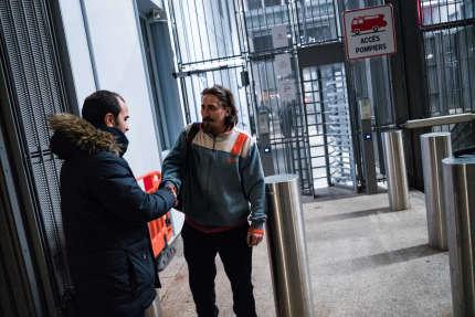 L'avocat Me Chiche discute avec son client ayant obtenu une relaxe lors de sa sortie du tribunal de grande instance de Paris, le 10 décembre.