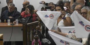 A Buenos Aires, le 10 décembre 2018. Des membres des familles des employés de Ford Argentina brandissent des pancartes sur lesquelles on peut lire : « Plus jamais Ford. »
