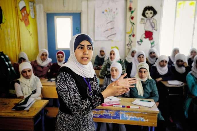 Une jeune réfugiée syrienne en train d'effectuer un travail de prévention contre le mariage précoce.