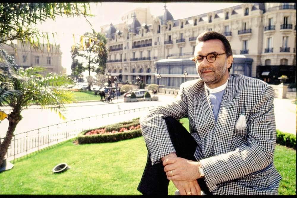 Alain Ducasse officie toujours à Monaco et est même devenu une véritable star. Ses points forts ? Le soufflé aux abricots, le loup de ligne ou encore la salade niçoise. Son point faible ? Evidemment, cette veste taillée dans un drôle de tissu prince-de-galles à « overcheck » violet, accompagnée d'une chemise à col officier et accessoirisée d'une pochette en soie. A ce niveau-là, on est même au-delà du point faible.