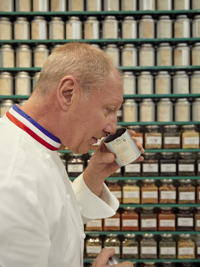 Le chef Eric Frechon a fait installer une armoire avec plus de cinquante variétés de thé dans les cuisines de l'Epicure.