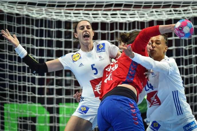 Camille Ayglon et Beatrice Edwige font partie des pilliers de la défense bleue.