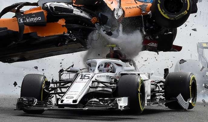 A Spa (Belgique), la McLaren de Fernando Alonso heurte le halo de la Sauber de Charles Leclerc le 26 août.