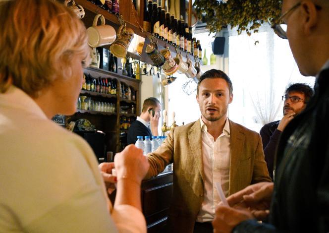Le leader du mouvement d'extrême droite Génération Identitaire,Aurélien Verhassel, au bar La Citadelle, à Lille, le 20 septembre 2016.