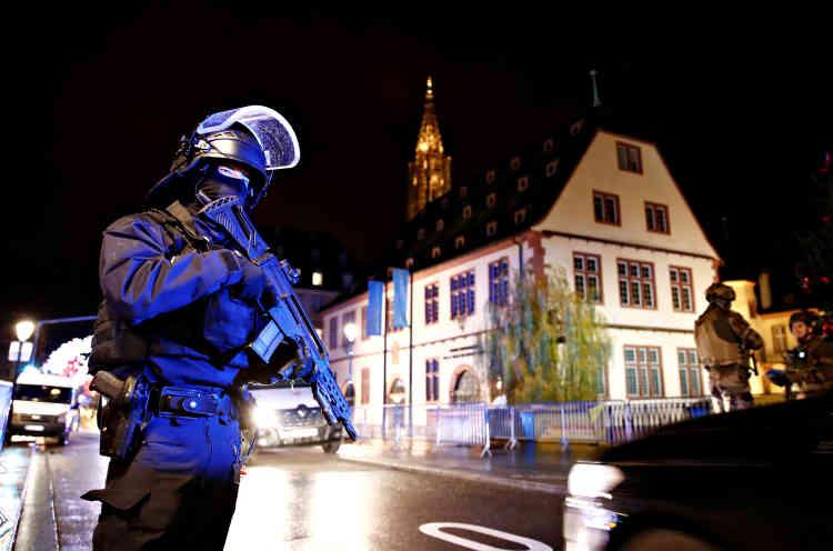 Les forces de l'ordre demandent aux rares passants présents et aux habitants du centre-ville de « se mettre à l'abri ».