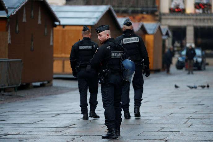 Des gendarmes patrouillent dans le marché de Noël fermé au lendemain de l'attaque meurtrière du 11 décembre.