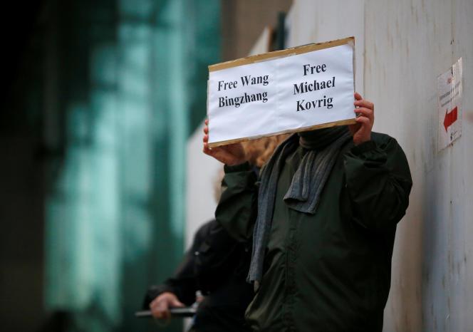 Un homme appelant à la libération de Michael Kovrig, devant le tribunal de Vancouver, au Canada, le 11 décembre 2018.