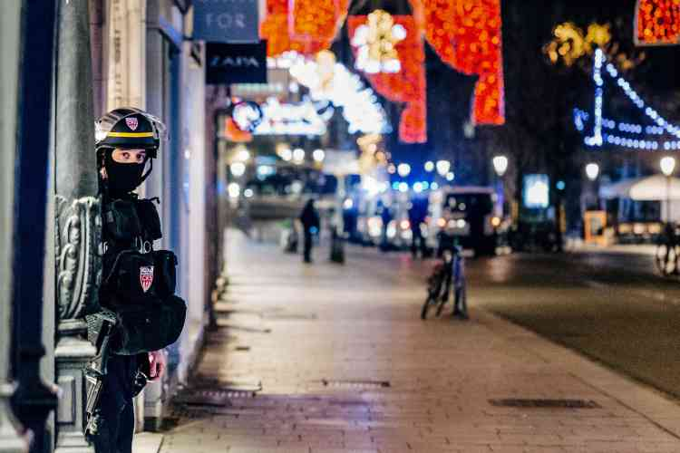 La rue des Grandes-Arcades, où l'attaque s'est en partie passée, était bloquée par des rubalises avec des policiers armés en empêchant l'accès.