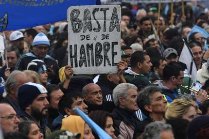 «Nous en avons assez d'avoir faim», peut-on lire sur une pancarte brandie lors d'une manifestation, à Buenos Aires, le 9 juillet.