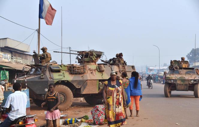 Patrouille des militaires français de l'opération «Sangaris» à Bangui, en février 2016.