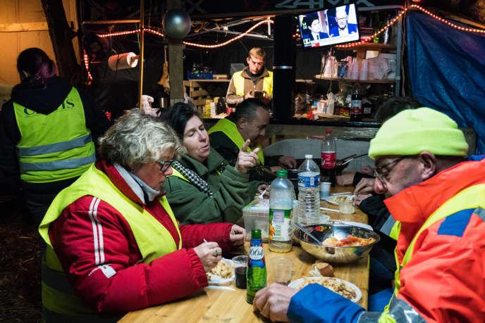 C'est l'heure du dîner au campement des « gilets jaunes» du rond-point dit du Jardiland, à Saint-Clement (Yonne), le 10 décembre.