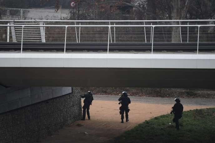 Des membres du RAID à la recherche du fugitif sur une rive du Rhin, à Strasbourg, le 12 décembre.