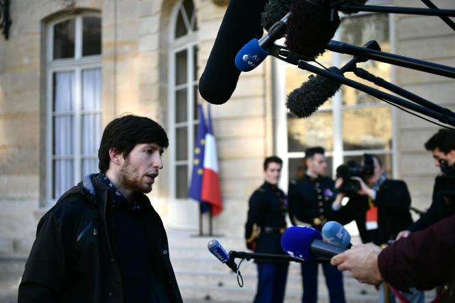Jason Herbert, un « gilet jaune», est interrogé par la presse, alors qu'il sort d'un rendez-vous avec le premier ministre, le 30 novembre, à Paris.