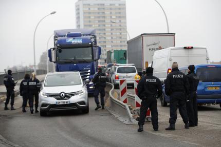 Des policiers français et allemands à la frontière entre les deux pays, mercredi12décembre.
