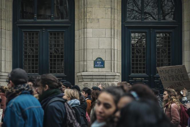 Des lycéens et étudiants manifestent lors du «Mardi Noir», dans le sillage du mouvement des «gilets jaunes», à Paris, le 11 décembre.