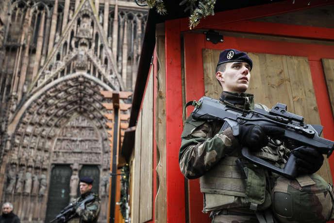 Soldats de l'opération Sentinelle devant la cathédrale de Strasbourg le 12décembre, au lendemain de l'attaque sur le marché de Noël.