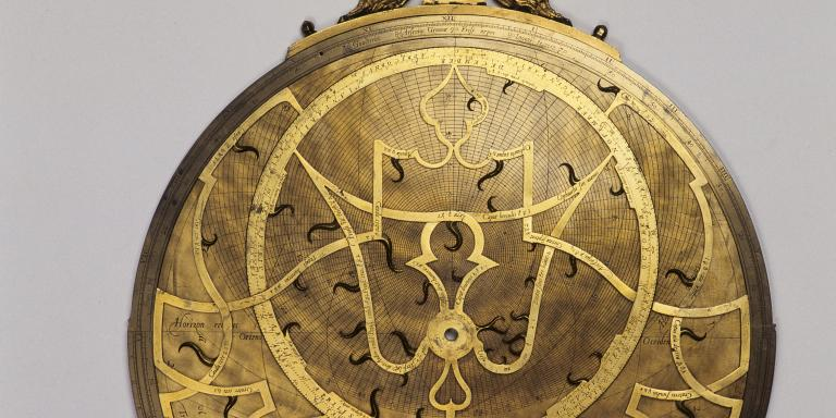 Astrolabe par Arsenius, 1567  Vue de face, mater, limbe, alidade, dos, araignée, tympan, disques gravés Gravé sur le pourtour de la face avant, sous la boussole