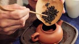 Préparation du thé par le sommelier Chi Wah Chan au café Lai'Tcha, à Paris, le 30 novembre.