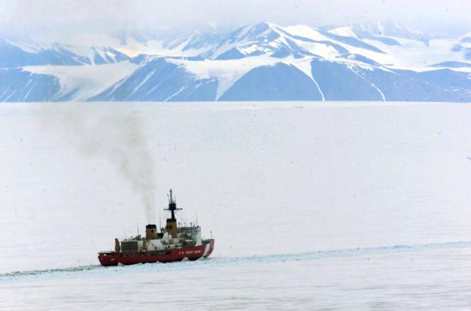Un brise-glace trace un chenal afin de relier les bases antarctiques américaine McMurdo et néo-zélandaise Scott, le 1er janvier 2000.