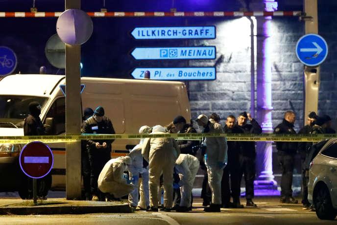 Des enquêteurs près de l'endroit où a été tué Cherif Chekatt, àStrasbourg, le 13 décembre 2018.