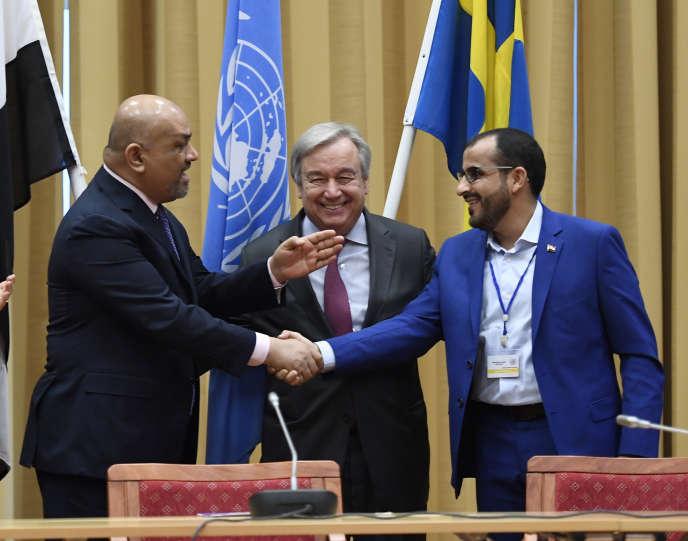 Le ministre des affaires étrangères yéménite, Khaled Al-Yamani, serre la main du chef des forces rebelles houthistes Mohammed Abdel Salam, sous les yeux du secrétaire général des Nations unies Antonio Guterres, le 13 décembre à Rimbo (Suède).