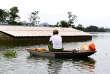 Un homme dans une barque, non loin de sa maison inondée, dans la banlieue de Hanoï, le 2 août 2018.