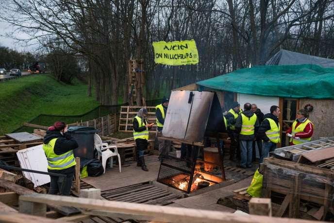 Campement de « gilets jaunes» au rond-point dit du Jardiland, à Saint-Clément, dans l'Yonne, le 10 décembre.