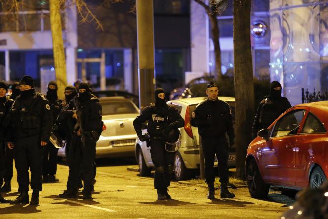 Des forces de police, jeudi 13 décembre dans le quartier du Neudorf à Strasbourg.
