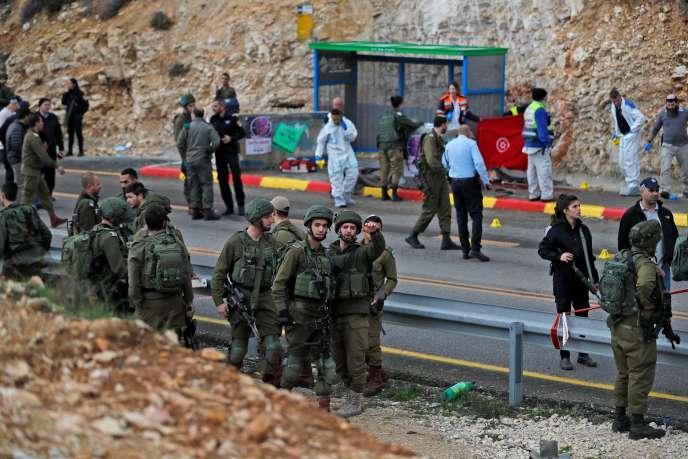 « Un terroriste est sorti de son véhicule et a tiré en direction de soldats israéliens et de civils qui attendaient à un arrêt de bus », a expliqué l'armée israélienne.