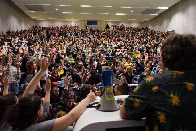 A l'issue de leur «AG», des étudiants de l'université Toulouse - Jean-Jaurès votent pour rejoindre les « gilets jaunes», le 6 décembre.