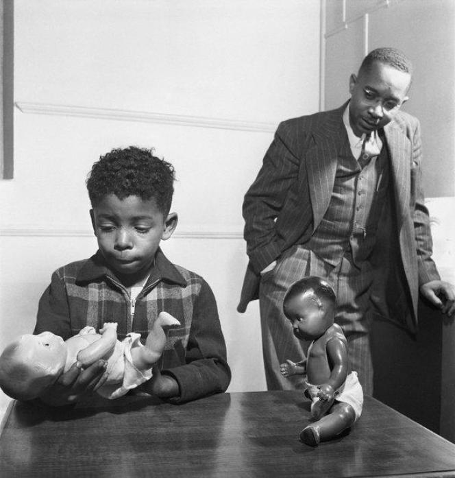 Les pédopsychiatres afro-américains Kenneth et Mamie Clark ont créé le test dit« de la poupée noire» pour mettre en évidence les effets du racisme sur les enfants noirs.