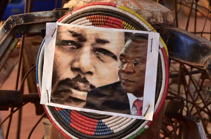 Festival des Récréatrales, à Ouagadougou, le 3novembre 1998. Sur une sculpture sont juxtaposés les portraits du journaliste assassiné Norbert Zongo et de François Compaoré, frère de l'ex-président Blaise Compaoré, considéré comme l'un des principaux suspects.