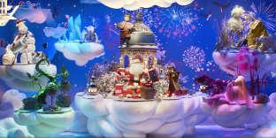 Le Père Noël est entouré des mascottes du Printemps, Jules et Violette.