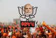Un militant du BJP brandit un portrait du premier ministre, Narendra Modi, le 8 décembre, à Kalol, dans le Gujarat.
