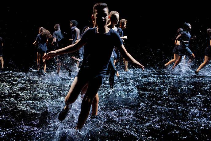La chorégraphie « Franchir la nuit», de RachidOuramdane, est dansée sur une scène recouverte d'eau.