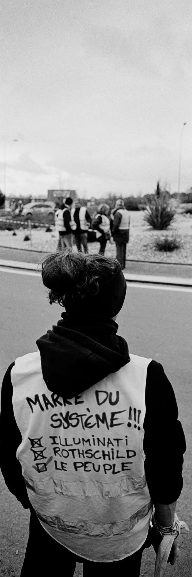 Rond-point de Samazan à Marmande, samedi 8 décembre. Les «gilets jaunes» effectuent des «tours de rond-point» afin de filtrer la circulation et manifester. Certains inscrivent au dos de leur gilet leurs revendications.