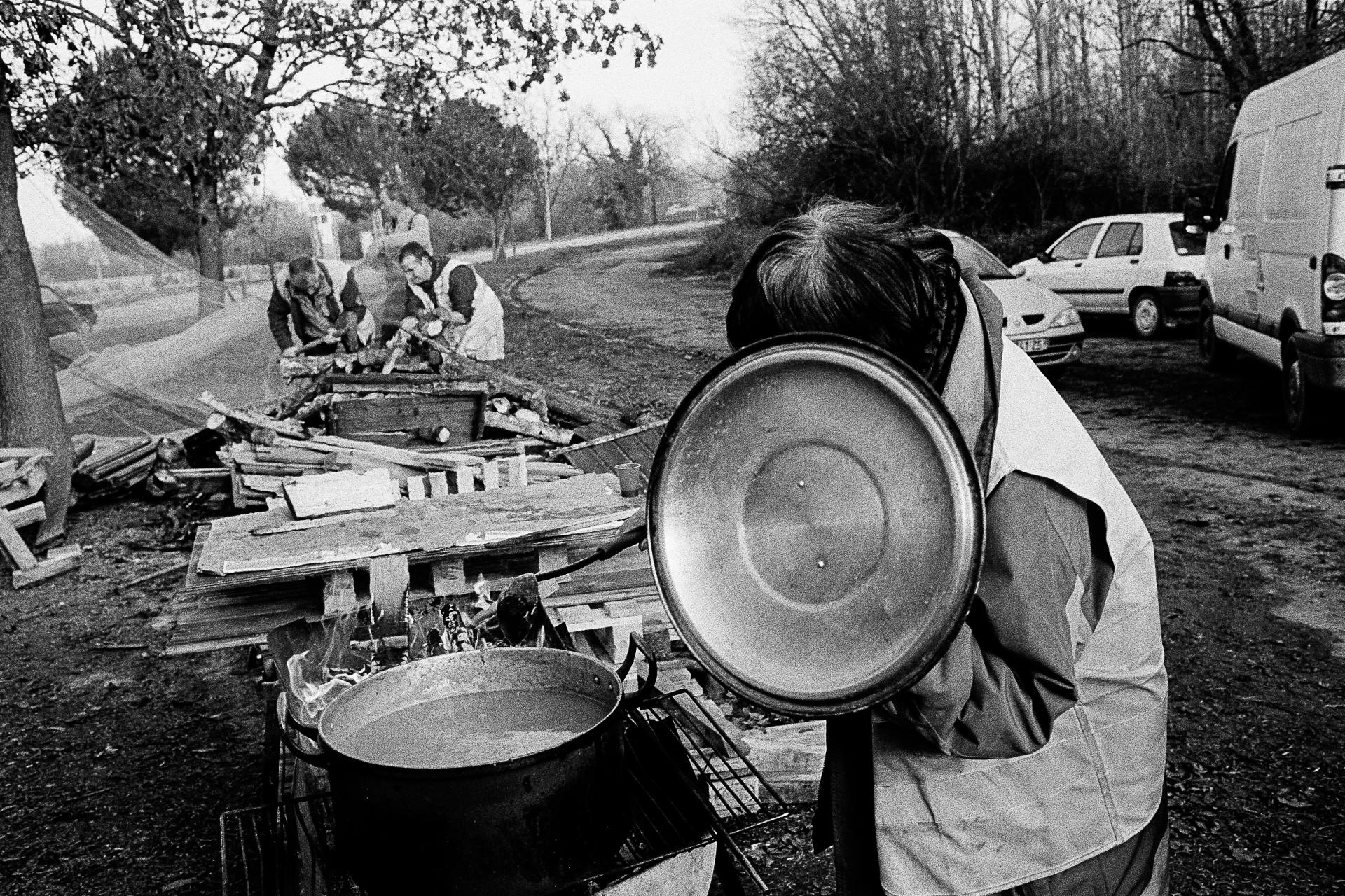 Rond-point de Samazan, à Marmande. Les «gilets jaunes» aménagent leur cahute afin de se protéger du vent, une soupe est préparée pour le déjeuner.