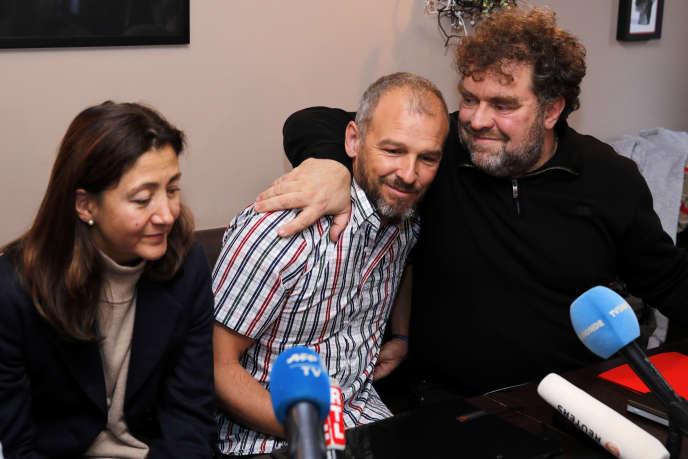 Le fils de Sophie Pétronin, Sébastien Chadaud-Petronin (au centre), avec son cousin Lionel Granouillac (à droite) et l'ancien otage franco-colombienne Ingrid Betancourt.