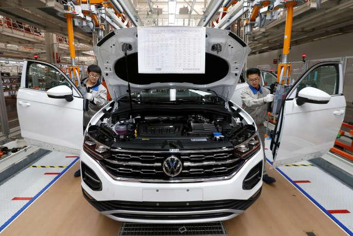 Des ouvriers, sur une chaîne de production chinoise d'une usine Volkswagen, le 12 décembre 2018.