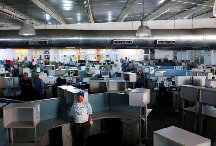 Des journalistes dans la salle de rédaction du quotidien «ElNacional», le dernier jour de sa parution sur papier, vendredi 14décembre, à Caracas.