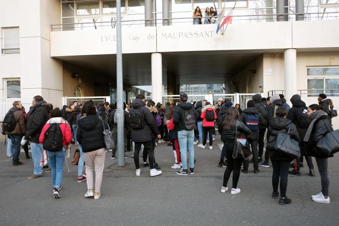 Le 14 décembre, devant le lycée Guy-de-Maupassant, à Colombes.