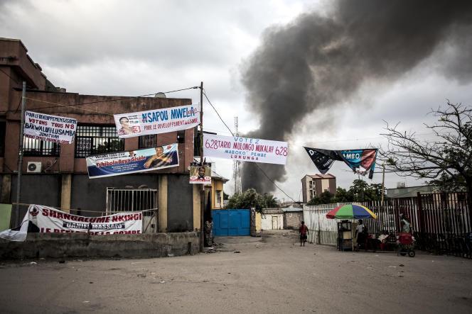 Une fumée s'échappe d'un entrepôt de la commission électorale où s'est déclaré un incendie, à Kinshasa, le 13décembre 2018.