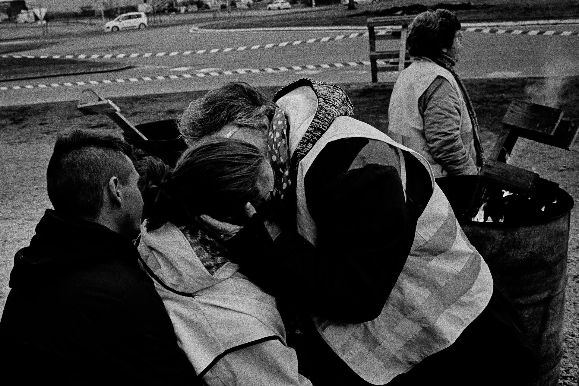 Rond-point de la grande surface Leclerc, lundi 10 décembre. Une mère «gilet jaune» embrasse sa fille qui participe aussi au mouvement.