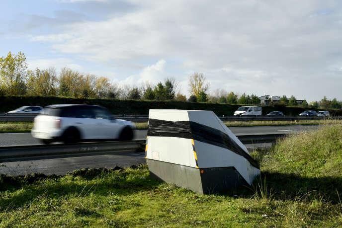 Un radar de vitesse neutralisé par un film noir, sur une route près de Bordeaux, dans le sud-ouest de la France, le 30 novembre.